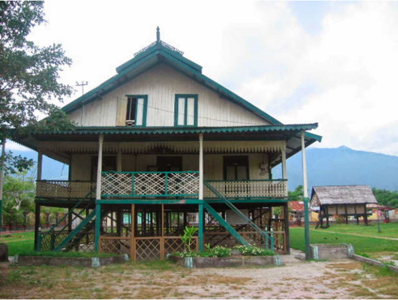Download this Rumah Adat Souraja Banua Mbaso Oseaka picture