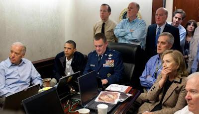 Presiden Barack Obama dan wakilnya Joe Biden, bersama anggota Departemen Pertahanan AS sedang memantau operasi militer terhadap Osama bin Laden