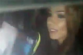 Esperanza Gomez es retenida por taxistas y decide mostrar un seno