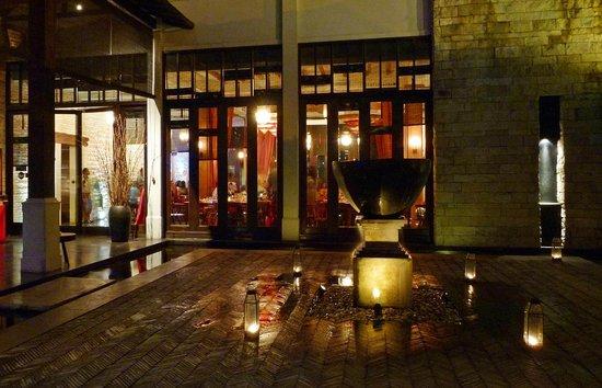 استمد مطعم دجونجرانج لارا اسمه من إحدى القصص الشعبية الأسطورية القديمة في جاكارتا