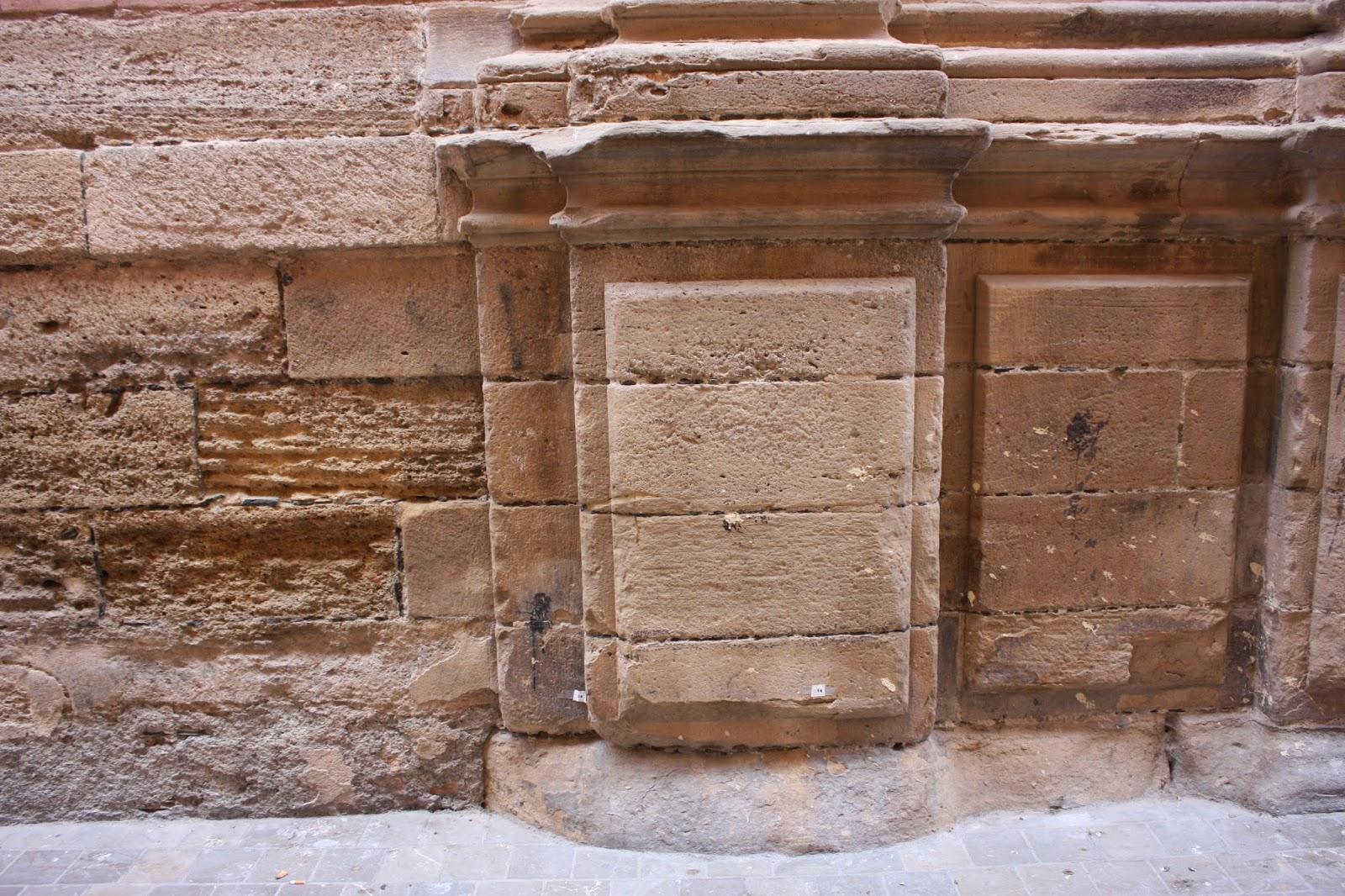 se trata de un zcalo de u metros de altura y u metros de longitud constituido por seis hiladas de sillares de piedra caliza como la catedral de