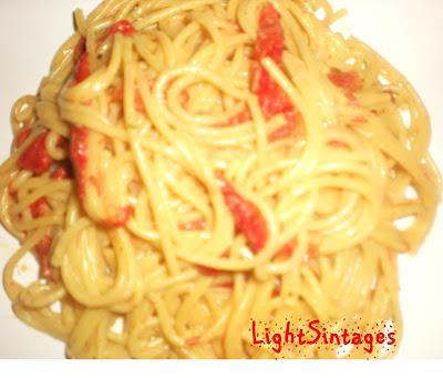 Μακαρόνια με κόκκινη γλυκιά πιπεριά