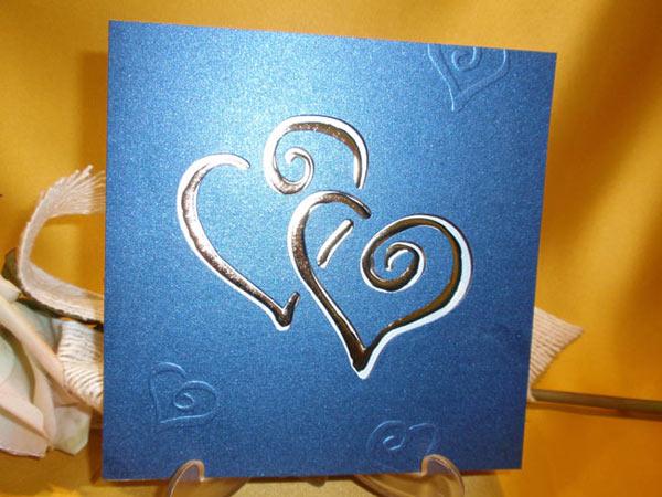 Invitación azul rey y plata de corazones para boda