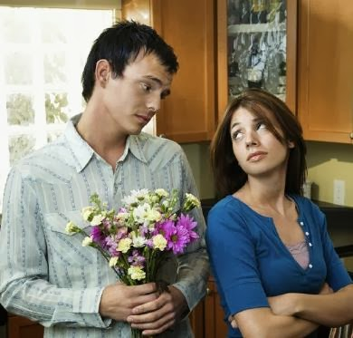 man say sorry to woman apologize apology-كيف تعتذر لحبيبك بعد الخلافات والنزاعات - رجل يعتذر لحبيبته امرأة