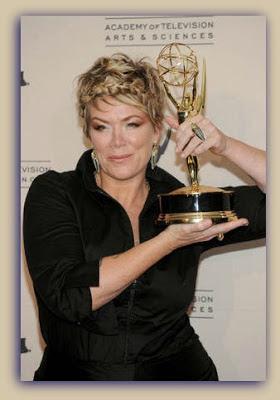 Mia Michaels segurando seu Emmy por coreografia de SYTYCD