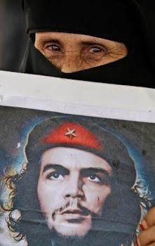 Una mujer porta el retrato del Che durante una manifestación en Yemen contra el presidente Saleh.-