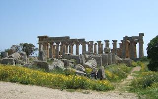 Blick über die Reste von Tempel F auf die Nordseite  des Tempels E von Selinunt