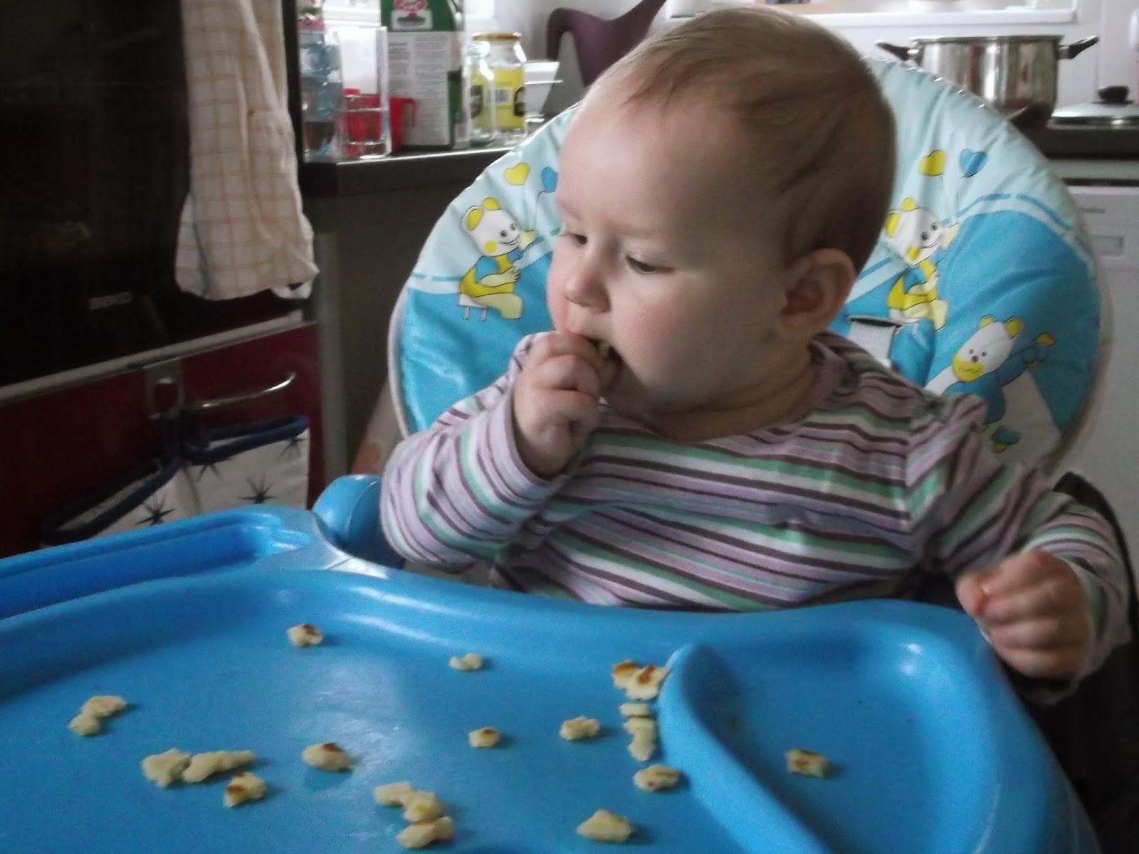 Zosia zajada naleśnika, niemowlę je naleśniki
