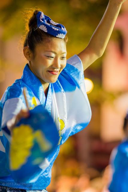 三鷹阿波踊り 菊水会菊水連の男踊りをする女性 うちわ