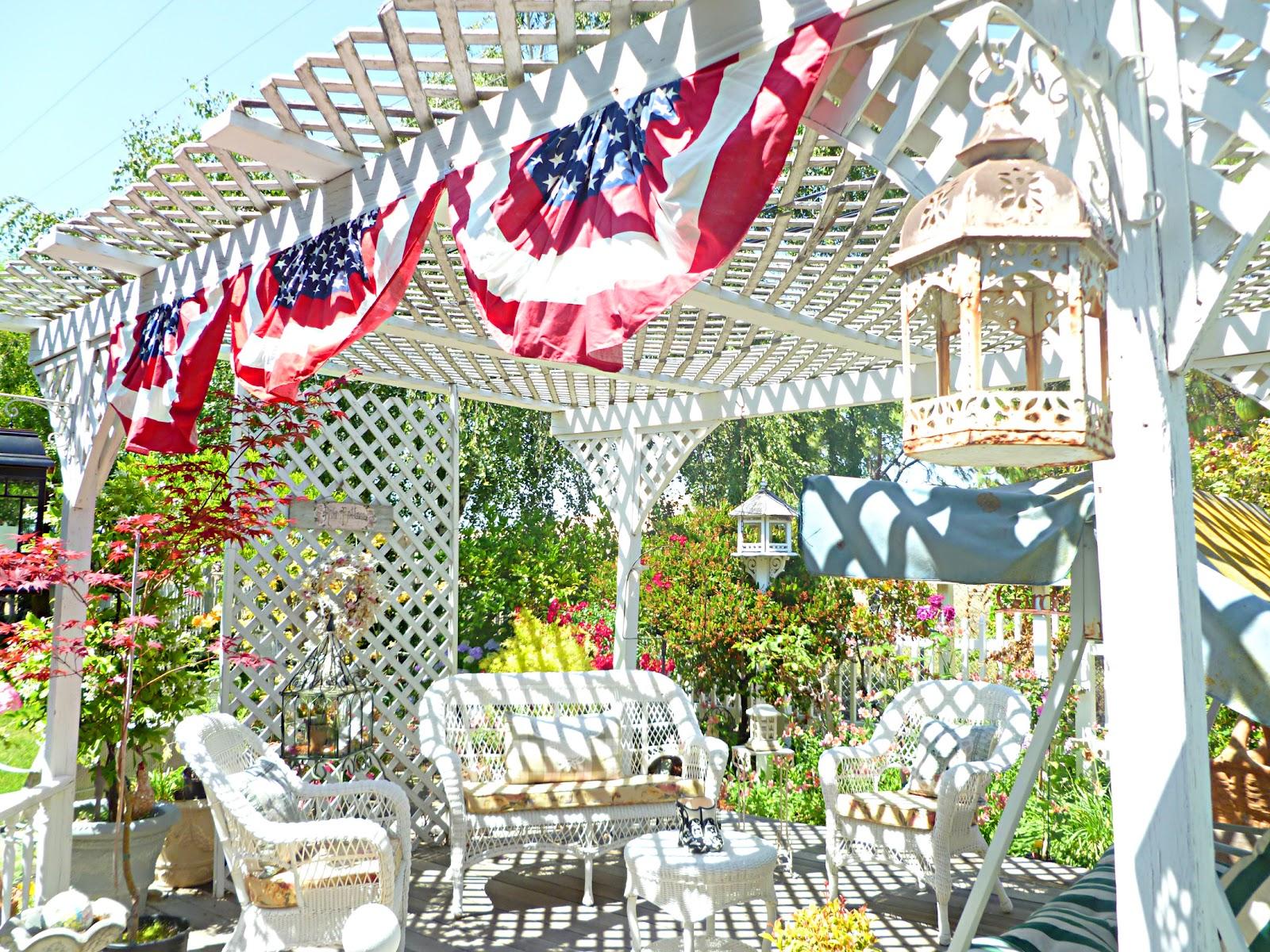 http://2.bp.blogspot.com/-cCA2WCeGNvI/T8aQLUfRnfI/AAAAAAAAFKE/Iu0KtyG--40/s1600/red+white+and+blue+garden.jpg