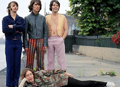 The Beatles posando en la calle