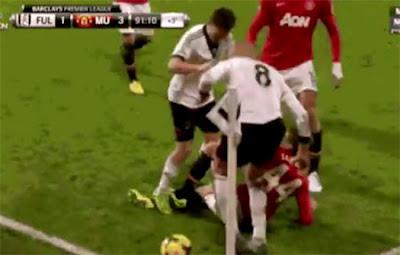 Sascha Riether, pemain Fulham meminta maaf kepada Adnan Januzaj