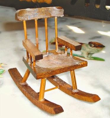 La piccola casa antica in miniatura la vecchia sedia a - Cuscino per sedia a dondolo ...