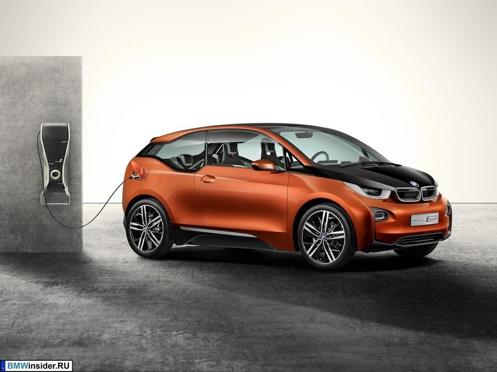 BMW i3 заряжается в гараже