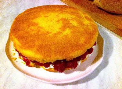 Victoria Sandwich, una torta con base di Sponge Cake, crema al formaggio, marmellata di fragole e lamponi.