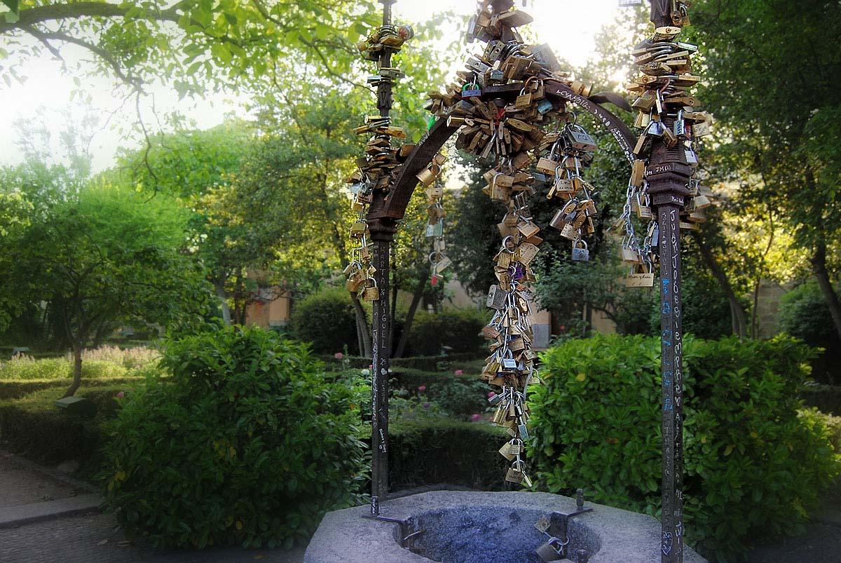 Villa fotoblogg los candados del amor en el pozo de los deseos - Jardin de calisto y melibea salamanca ...