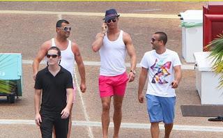 Bersantai di Pantai, Cristiano Ronaldo Pakai Celana Warna Pink