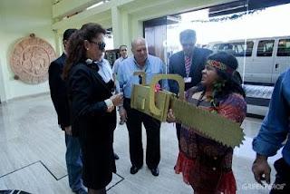 senadora Kátia Abreu recebe o prêmio Motosserra de Ouro de ativista do Greenpeace