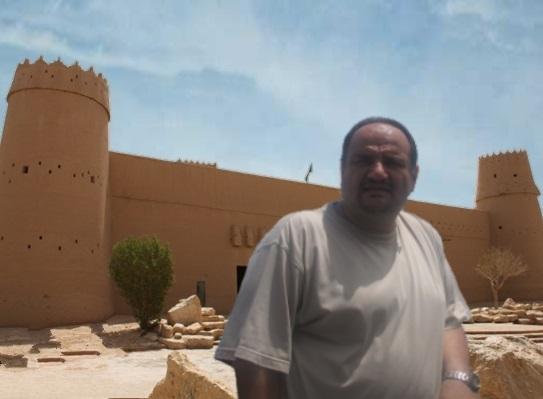 د. رشيد الطوخي امام قلعة المصمك في مدينة الرياض