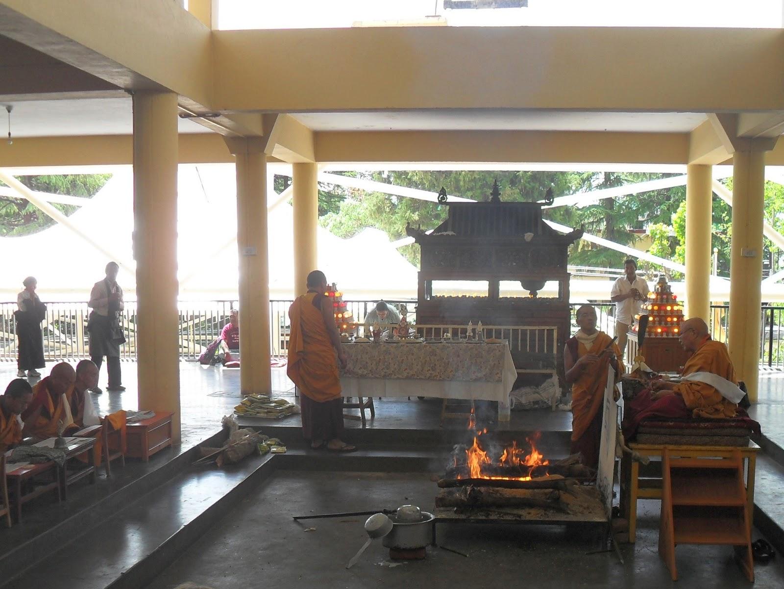 Огненная пуджа в дворце Дай-ламы в Дармсале