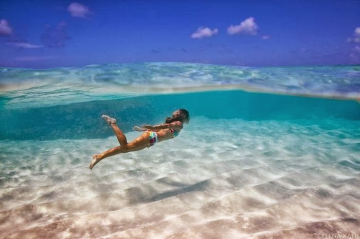 Красивая девушка плавает