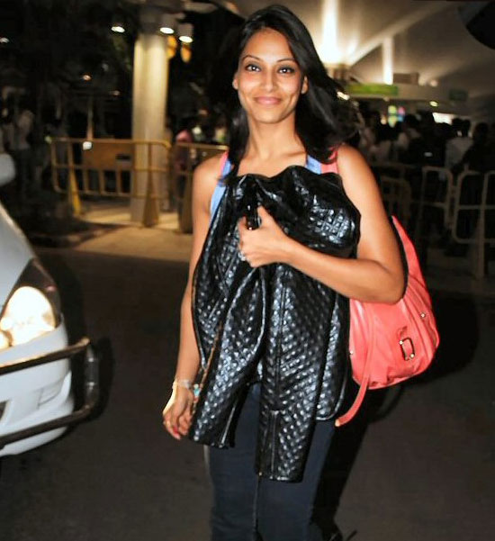 Bollywood Buzz - Bipasha Basu detained by customs officials at Mumbai Airport