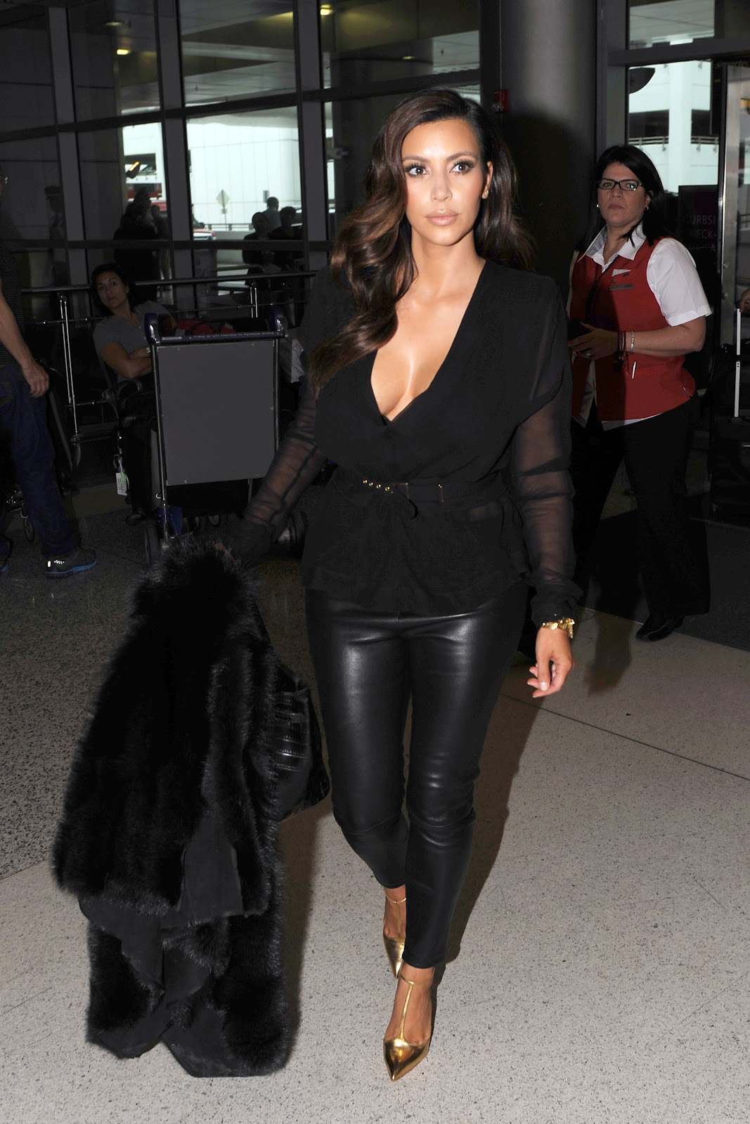 http://2.bp.blogspot.com/-cEGfAGehv5k/UIB4VqrAv7I/AAAAAAAAUNE/OiwyXRA3ucc/s1600/Kim+Kardashian+arriving+at+Miami+Airport+October+17th+2012+-05.jpg
