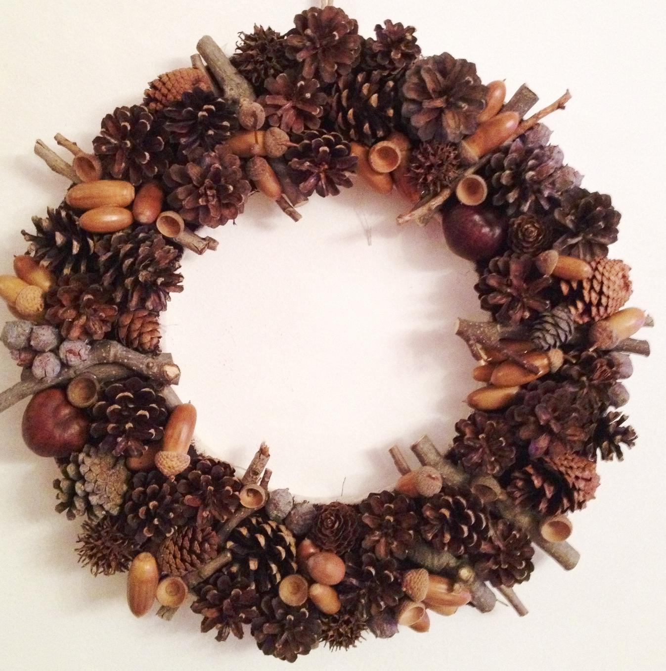 Pigne ghiande castagne e legnetti per la ghirlanda di natale - Decorazioni natalizie con le pigne ...