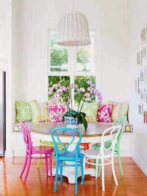 Colorful interior kolorowe krzesła, białe wnętrze, kolorowe poduszki, biały stół