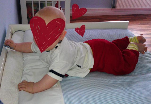 Pumphose Frida aus rotem Babycord und gestreifen Bündchen