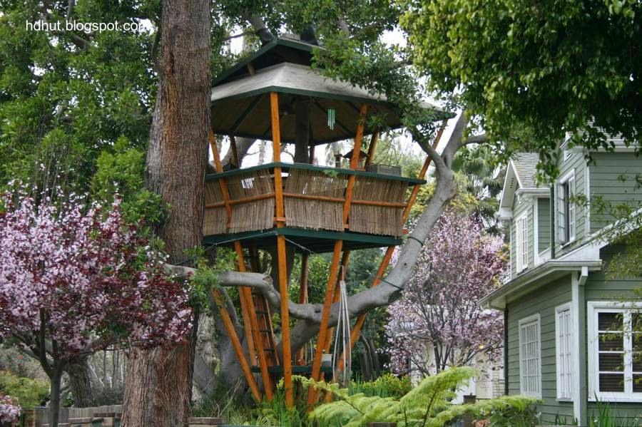 Versión de una casa del árbol en jardín de residencia