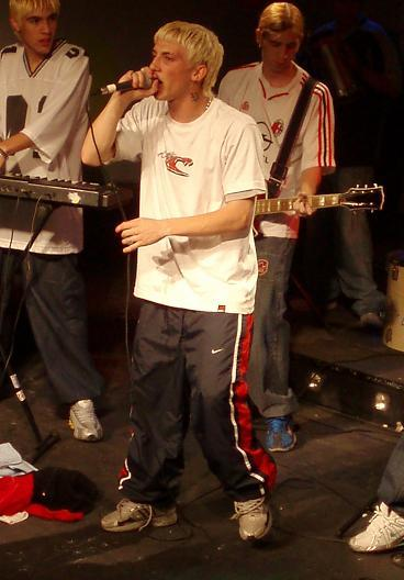 Foto de El Polaco cantando en concierto