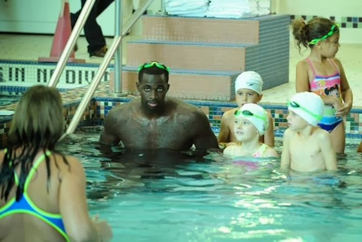 "Brandon Bass, forward basketball team, ""Boston Celtics"" in class in swimming along with his 6 year old son and 10-Tew guys. Learning to swim, he gives the children a great example of what is never late to learn."