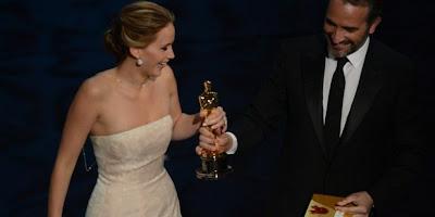 Oscars 2013 : Jennifer Lawrence tombe avant de recevoir son prix