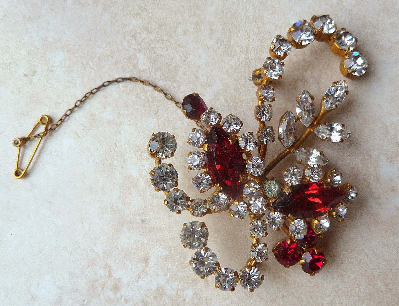 http://www.kcavintagegems.uk/vintage-1940s-layered-floral-spray-brooch-with-safety-chain-397-p.asp