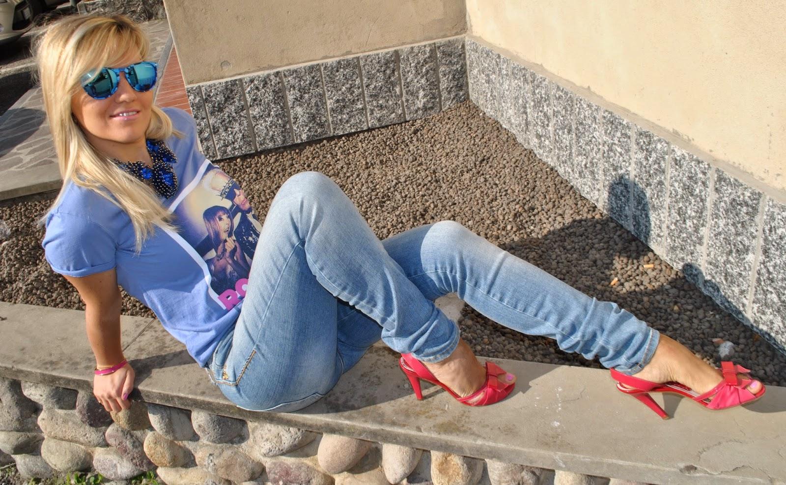 outfit jeans e tacchi abbinamento jeans e tacchi jeans fornarina botton up maglia happiness con karl lagerfeld e anna wintour sandali fornarina bracciale fucsia majique collana blu majique outfit casual outfit ottobre 2014 mariafelicia magno mariafelicia magno fashion blogger colorblock by felym outfit fucsia e blu occhiali da sole excape con lenti a specchio blu fashion blogger bionde fashion blogger italiane bionde