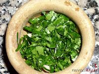 Alioli - perejil picado añadiéndolo a los ajos