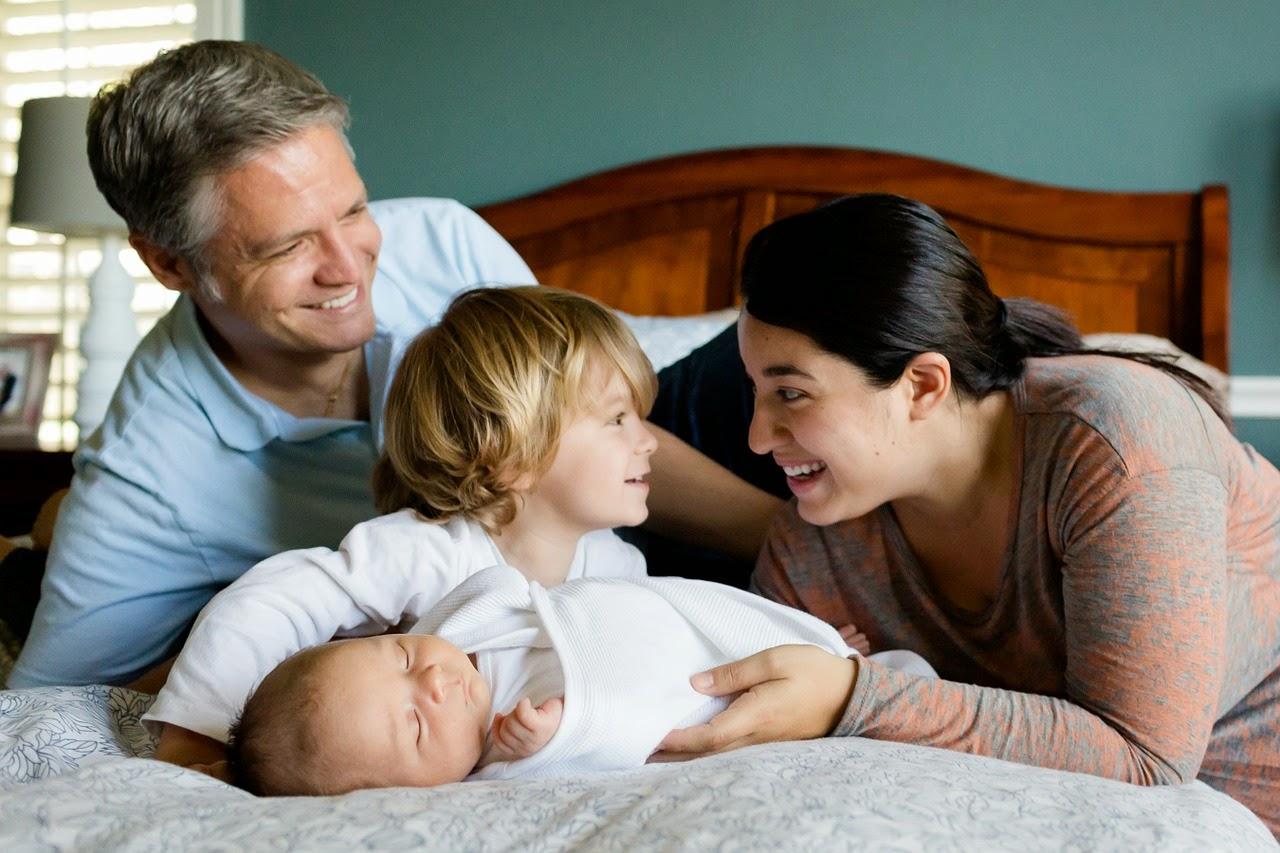 Familie mit Baby gemeinsam im Bett