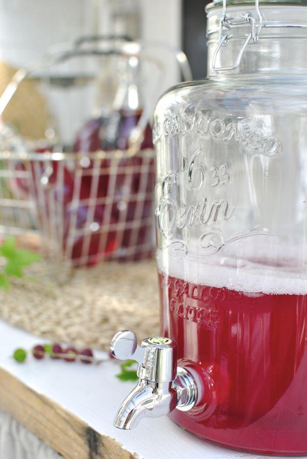glasburk med tappkram drink dispenser röd krusbärssaft