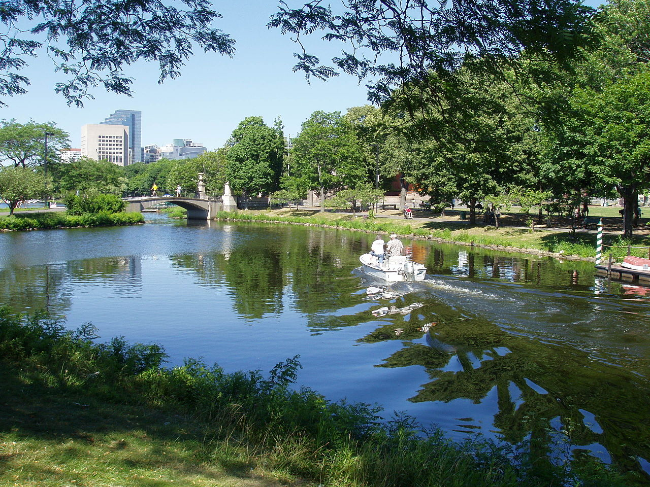 http://commons.wikimedia.org/wiki/File:Charles_River_Esplanade,_Boston,_Massachusetts.JPG?uselang=fr