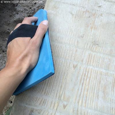 Altes Brett wird per Hand geschliffen