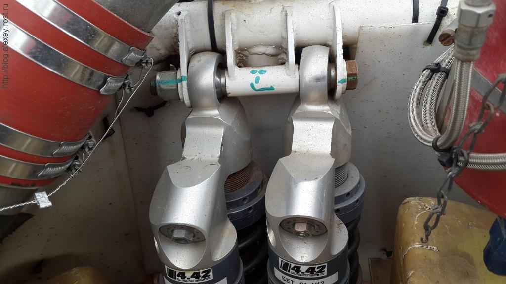 стойки аммортизаторов и часть воздуховода