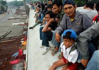 idegue-network.blogspot.com - Parah Mana Penumpang Kereta Api Indonesia Dengan Negara Lain ?