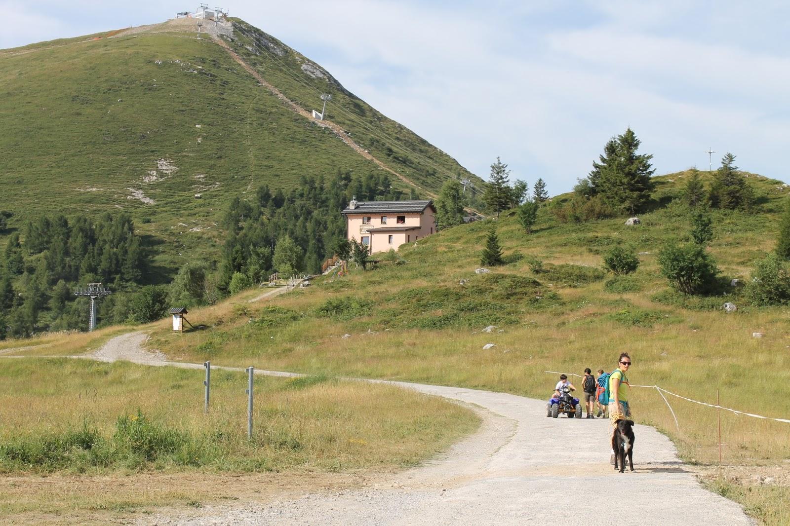 Stupore quotidiano trekking con il cane dai piani di for Piani di coperta a 2 piani