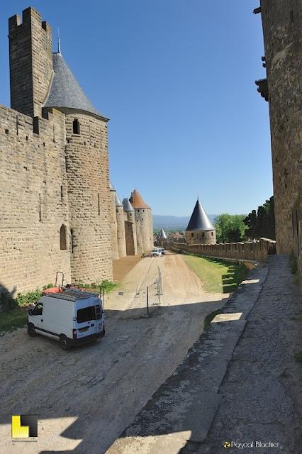 artisan lors de la restauration de la calade à carcassonne photo au delà du cliché