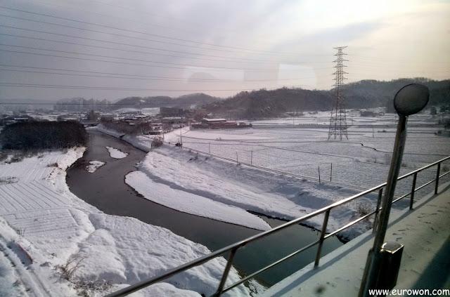 Río nevado en la Corea rural