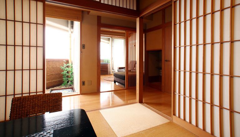 和室のスペースにはへりの無い琉球畳を使用し、客室とは障子で完全に区分けも出来ます。