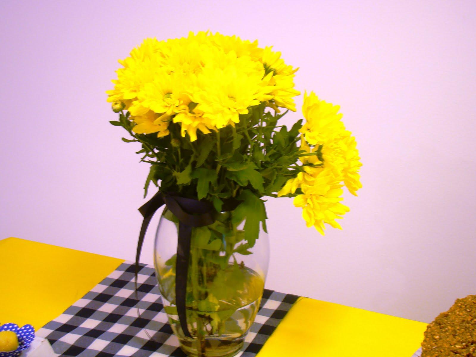 decoracao de festa azul marinho e amarelo:As bandejas brancas e caixas são de MDF foram compradas no Saara e