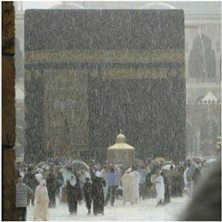 روعة و جمال الكعبة تحت المطر