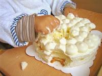 Kind matscht mit Sahnetorte